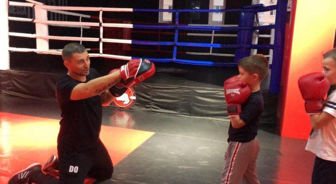 «Люди любят бокс! Верят боксу! И я его люблю и верю в него», — рассказывает тренер одесского клуба единоборств «Puncher» (Суворовский р-н) Юрий Волошин